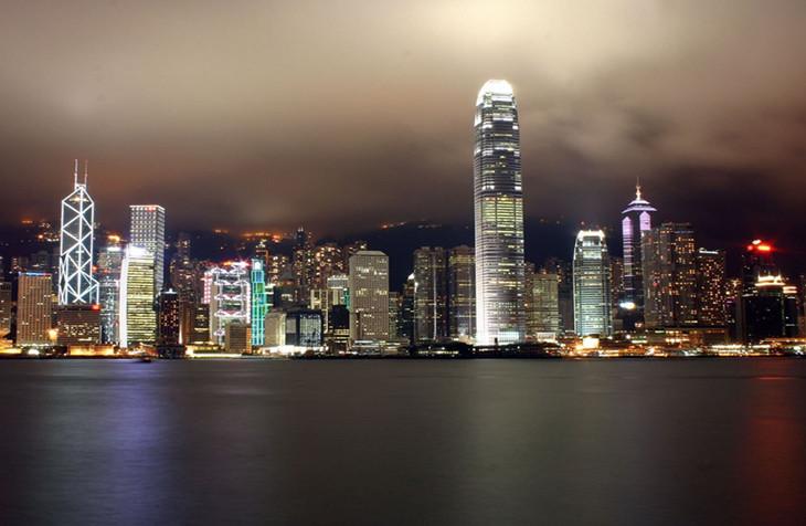 服务,为亚洲最早提供的地区之一。在十年前,香港互联网使用者数量达330万人(迄今为止香港总人口为700多万),互联网渗透率为51.0%,仅次于韩国、瑞典和美国。而香港互联网使用者使用时间为平均每月22小时,为世界之最。宽带网络已覆盖香港所有商业楼宇和95%以上的住宅,并且于社区中心、图书馆甚至多个公众地方均提供免费上网服务。   即使如此,香港从未产生过真正有影响力的互联网创业者和公司,一向以开放、自由、先进等印象的香港怎么了?为什么互联网创业者这么少?我们从社会、政府、文化等多个元素深度剖析。   复杂